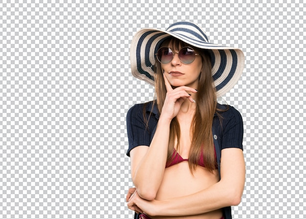 Mujer joven en bikini pensando una idea.