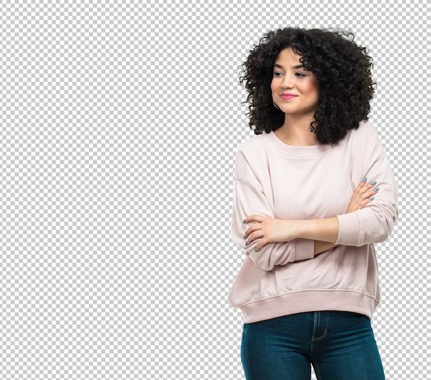Mujer joven con los brazos cruzados.