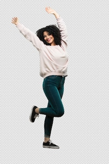 Mujer joven de cuerpo completo haciendo gesto ganador