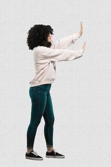 Mujer joven de cuerpo completo haciendo a un lado