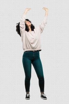 Mujer joven de cuerpo completo sosteniendo algo