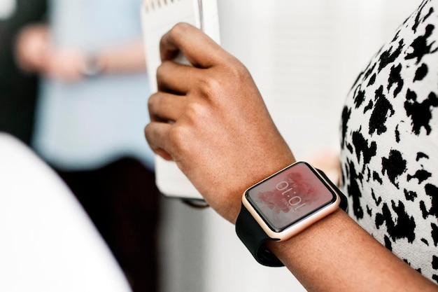 Mujer joven con una maqueta de reloj inteligente