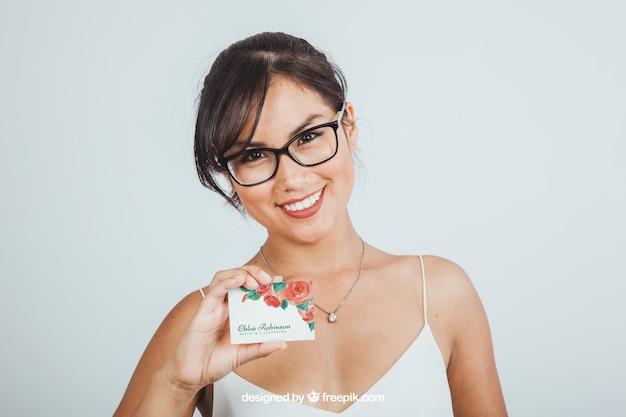 Mujer joven con mock up de tarjeta de negocios