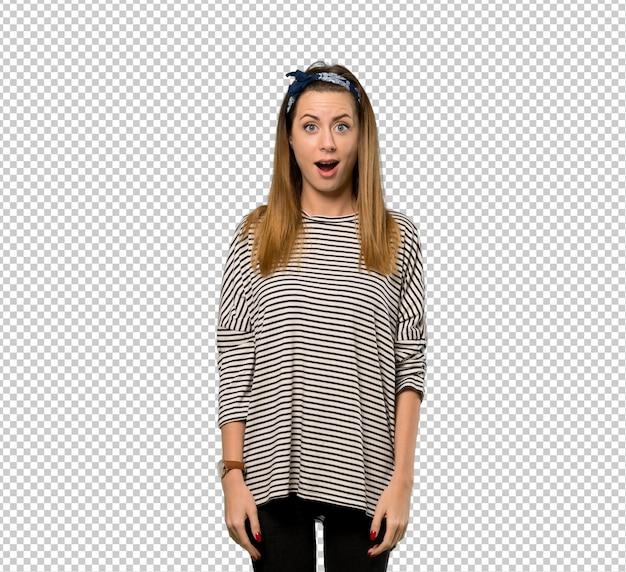 Mujer joven con pañuelo en la cabeza con expresión facial sorpresa