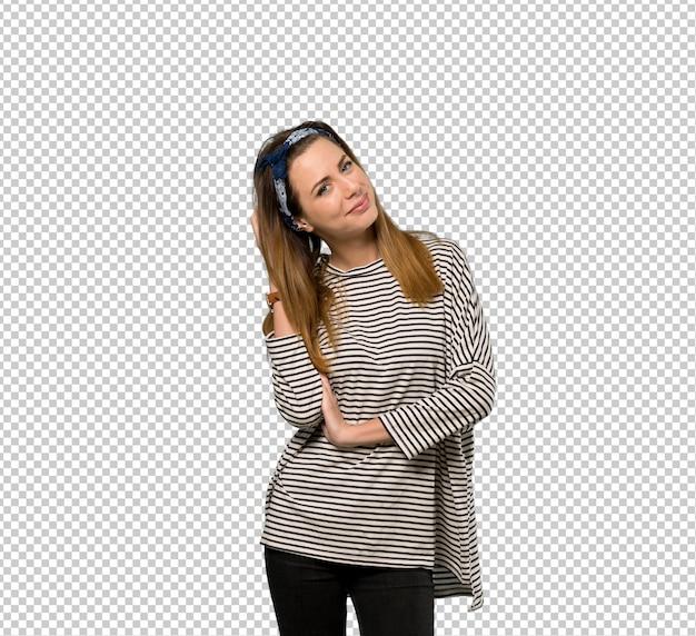 Mujer joven con pañuelo en la cabeza pensando una idea mientras se rasca la cabeza
