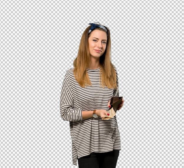 Mujer joven con pañuelo en la cabeza sosteniendo una billetera