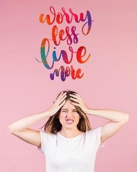 Mujer joven preocupada con una cita motivacional sobre su cabeza