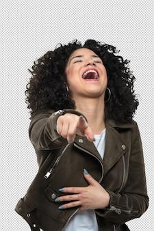Mujer joven riendo y señalando