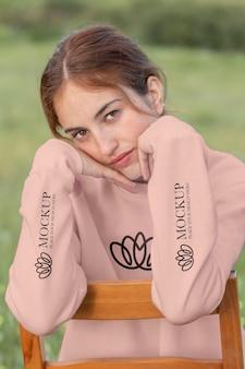 Mujer joven vistiendo una maqueta con capucha con manga larga