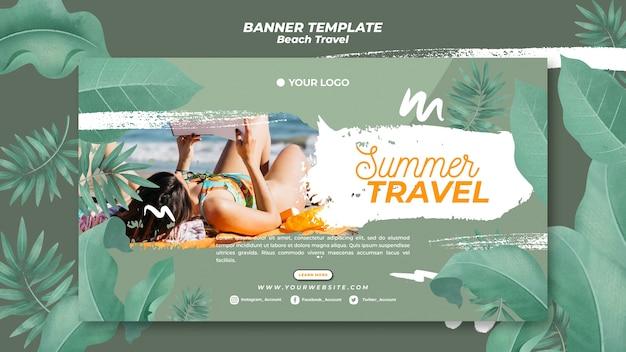 Mujer leyendo en banner de viajes de verano de playa