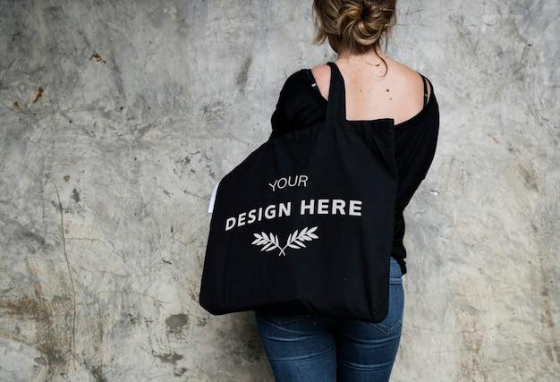 Mujer llevando una bolsa de asas