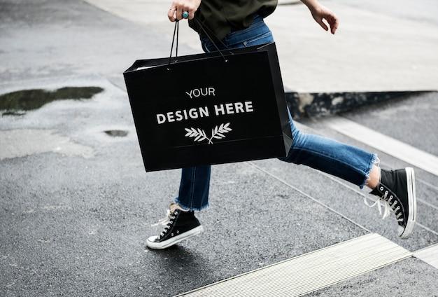 Mujer llevando una bolsa de compras