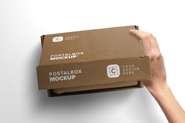 Mujer mano apertura maqueta caja postal con tapa primer plano