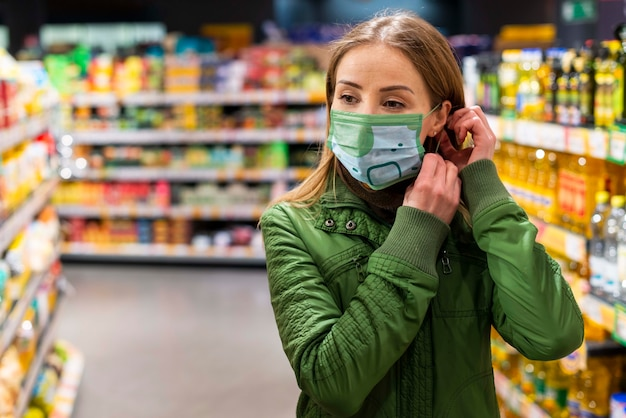 Mujer con maqueta de concepto de máscara médica