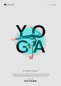 Mujer maqueta en posición de yoga