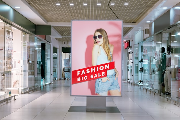 Mujer de maqueta de publicidad de centro comercial en cartelera