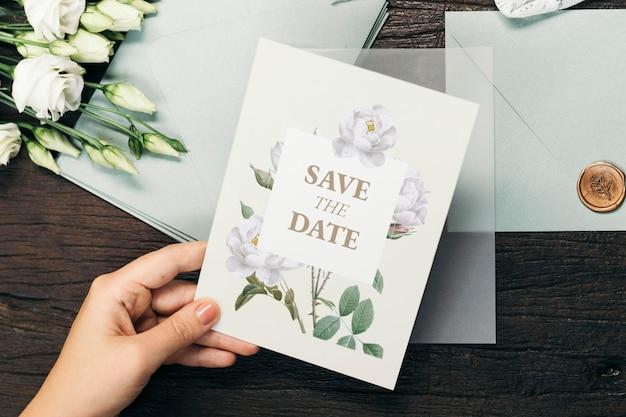 Mujer con una maqueta de tarjeta de invitación de boda