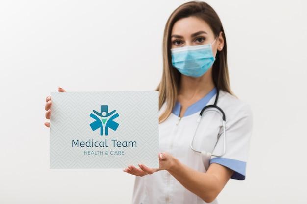 Mujer con máscara médica y estetoscopio