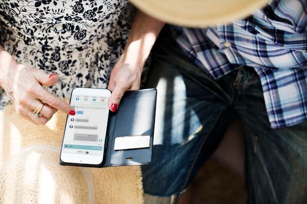 Mujer mayor que usa su móvil