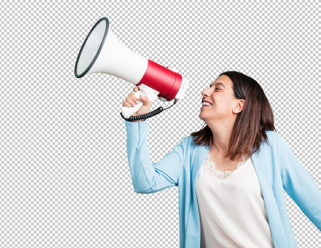 Mujer de mediana edad emocionada y eufórica, gritando con un megáfono.