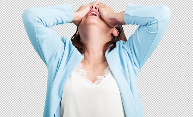 Mujer de mediana edad frustrada y desesperada, enojada y triste con las manos en la cabeza