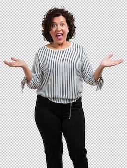 Mujer de mediana edad gritando feliz, sorprendida