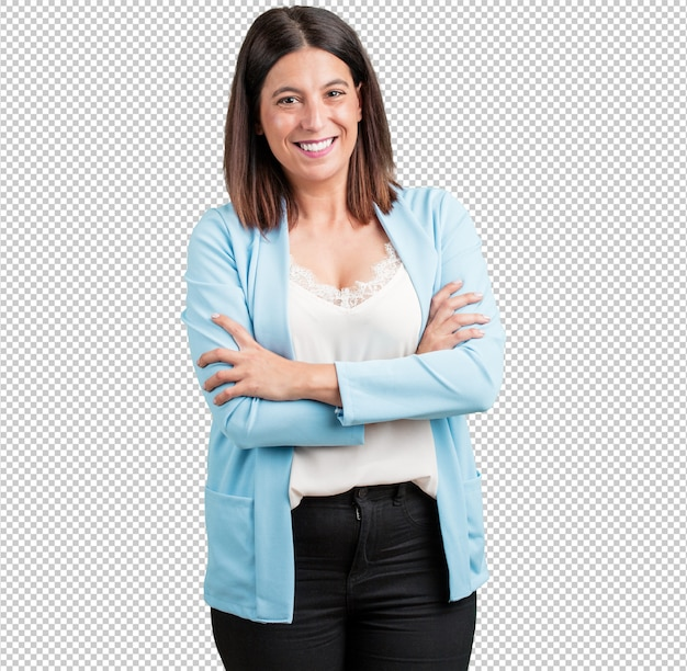 Mujer de mediana edad que cruza sus brazos, sonriente y feliz, confiada y amigable.
