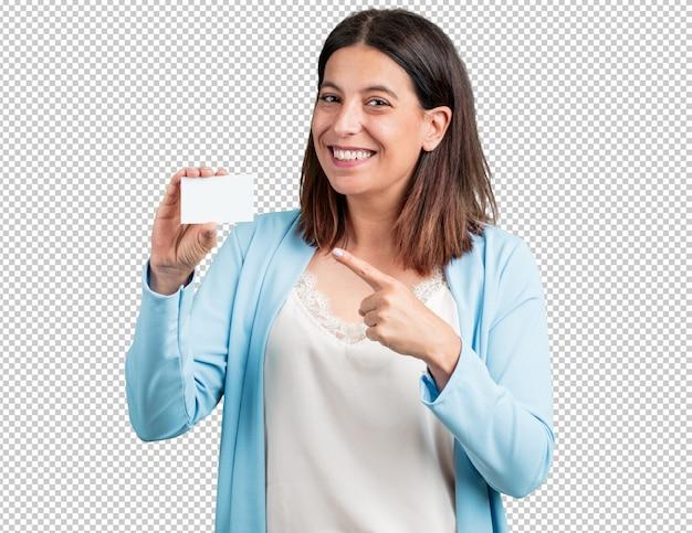 Mujer de mediana edad sonriendo confiada, ofreciendo una tarjeta de negocios, tiene un negocio próspero, copia espacio para escribir lo que quieras