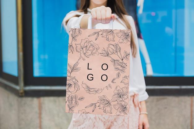 Mujer con mockup de bolsa de compra