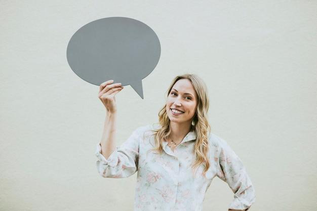 Mujer mostrando un bocadillo en blanco