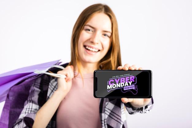 Mujer mostrando un teléfono simulacro