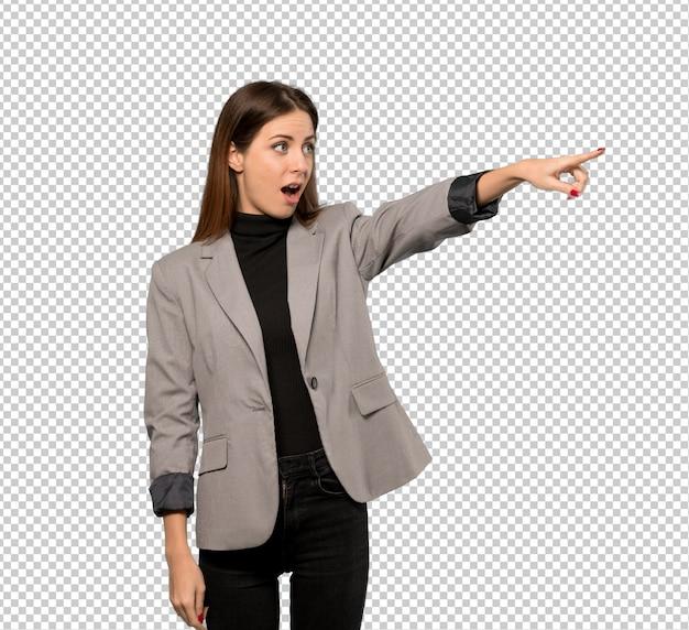 Mujer de negocios apuntando lejos