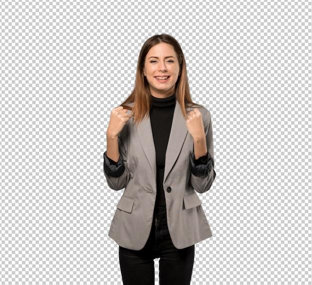 Mujer de negocios celebrando una victoria en posición de ganador