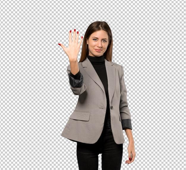 Mujer de negocios contando cinco con los dedos