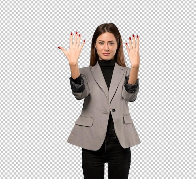 Mujer de negocios contando nueve con los dedos