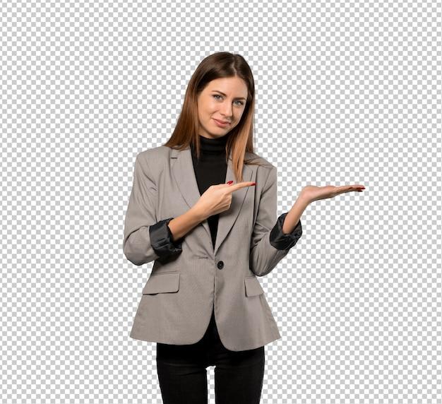 Mujer de negocios con copyspace imaginario en la palma para insertar un anuncio