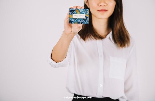 Mujer de negocios enseñando tarjeta de negocios