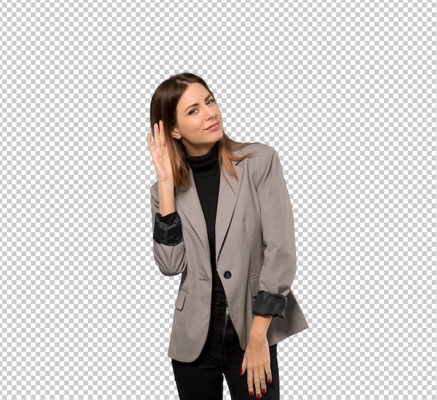 Mujer de negocios escuchando algo poniendo la mano en la oreja