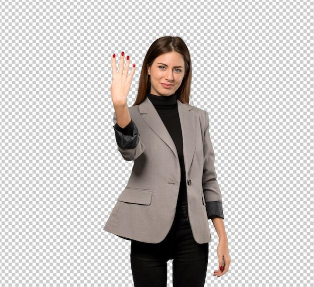 Mujer de negocios feliz y contando cuatro con los dedos
