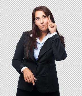 Mujer de negocios fresca apuntando al frente