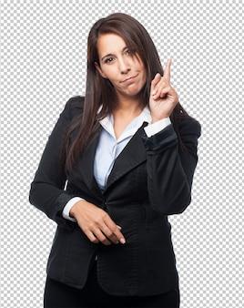 Mujer de negocios fresca que señala el frente