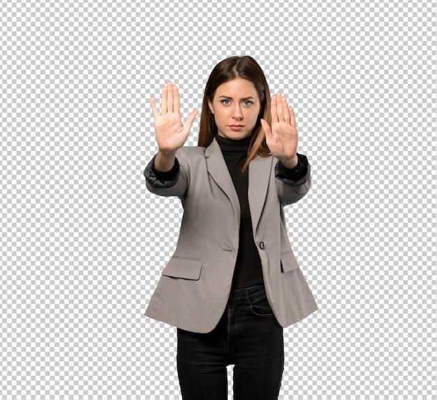 Mujer de negocios haciendo gesto de parada y decepcionado