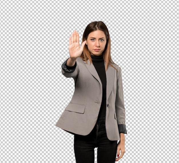 Mujer de negocios haciendo gesto de parada negando una situación que piensa mal