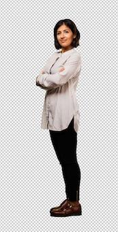 Mujer de negocios latina cruzando sus brazos