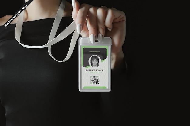 Mujer de negocios con maqueta de tarjeta de identificación de plástico