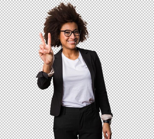 Mujer de negocios negro haciendo gesto de victoria