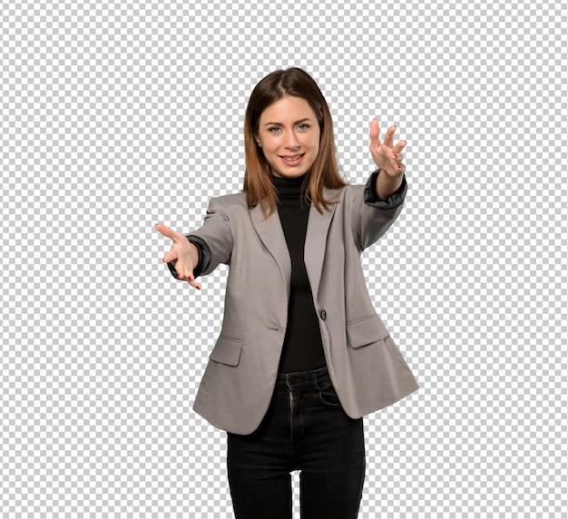 Mujer de negocios presentando e invitando a venir con la mano.