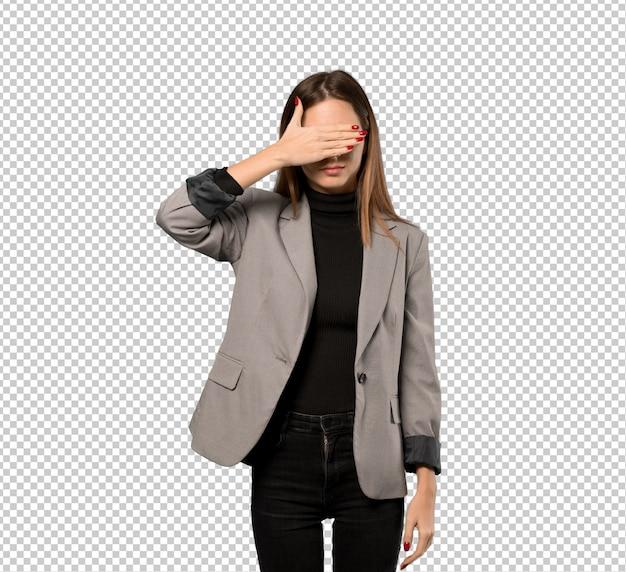 Mujer de negocios que cubre ojos por las manos. no quiero ver algo