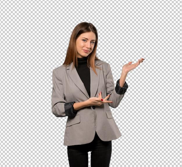 Mujer de negocios que extiende las manos al lado para invitar a venir