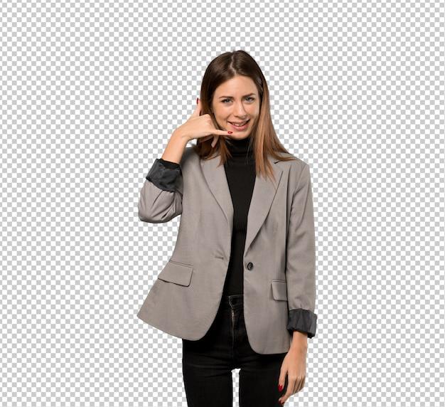 Mujer de negocios que hace gesto del teléfono. vuelve a llamarme señal